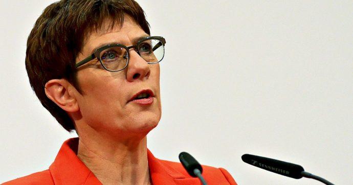 Germania, l'erede di Angela Merkel ha deciso di non candidarsi: lascerà la presidenza Cdu. Il partito di governo resta senza leadership