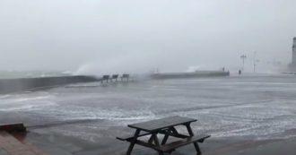Maltempo, la tempesta Ciara colpisce l'Europa: burrasca in Inghilterra. E in Bretagna la schiuma dal mare invade la strada. Le immagini