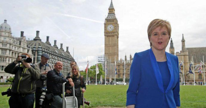 """Brexit, Sturgeon: """"Scozia torni in Ue da indipendente, sì al referendum"""". E Johnson vuole un ponte per collegarla a Nord Irlanda"""