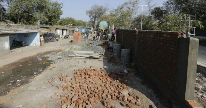 """Trump in India: costruito un muro per nascondere le baraccopoli al suo passaggio. """"150 muratori al lavoro 24 ore su 24"""""""