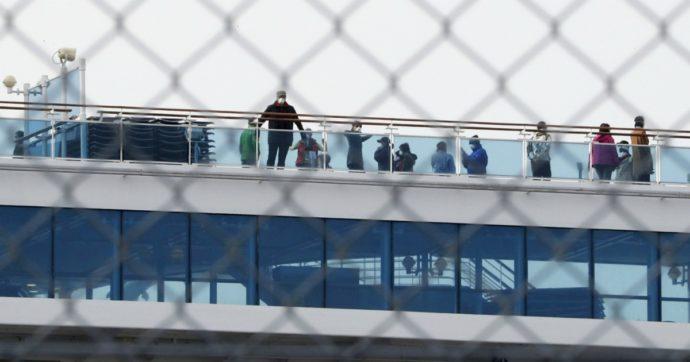 """Coronavirus, 11 passeggeri scendono dalla Diamond Princess. A bordo 8 contagiati sono gravi. Una passeggera: """"È una tortura"""""""