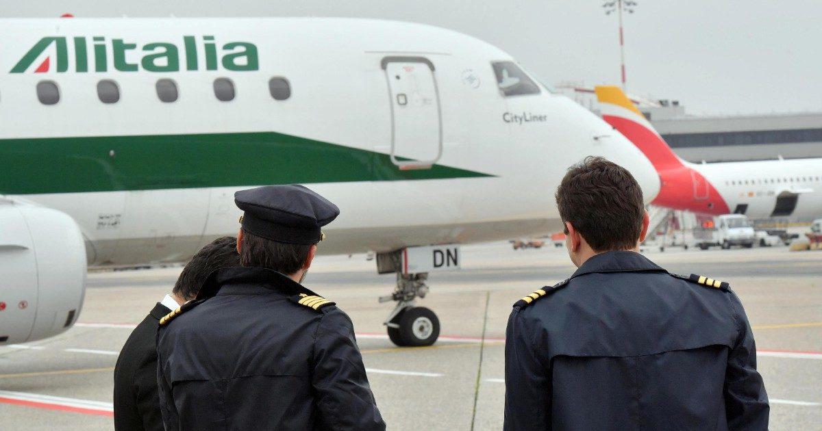 """Il cda fa pranzi luculliani? Ecco il """"mini-pasto"""" del pilota Alitalia"""