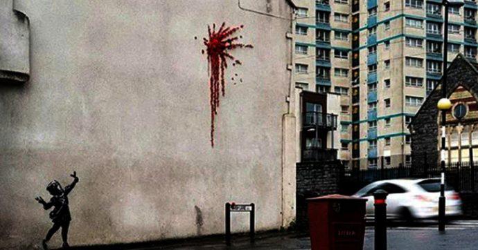 """Banksy, vandalizzato il """"murales di San Valentino"""": insulti sopra all'opera apparsa a Bristol solo due giorni prima"""