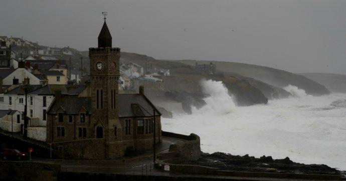 """Tempesta Dennis, 3 morti nel Regno Unito, aerei a terra e allagamenti """"potenzialmente mortali"""". In Francia vento oltre i 100 km orari"""