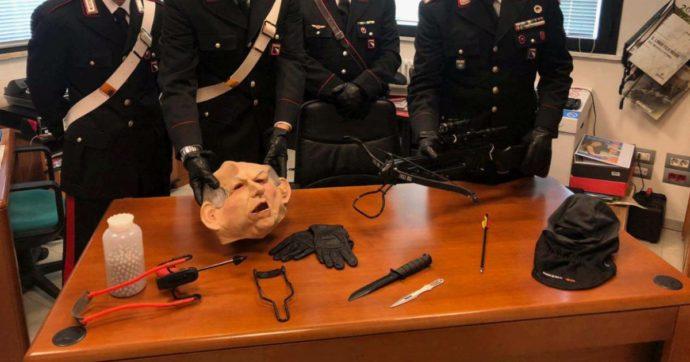 Ferrara, travestito con maschera da Bertinotti lancia frecce contro la finestra del vicino: arrestato per stalking