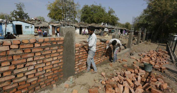 """India, arriva Trump: sfrattate 45 famiglie povere vicino al megastadio. """"Vogliono nasconderci alla sua vista"""""""