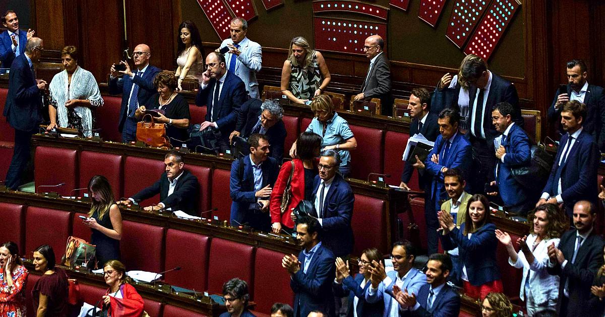 """Non basta lo stipendio di 12mila euro: cinque deputati hanno preso il bonus di 600 euro. """"Tre leghisti, un M5, un Renziano"""". Fico: """"Restituiscili"""". Di Maio: """"Escono e si dimettono"""""""