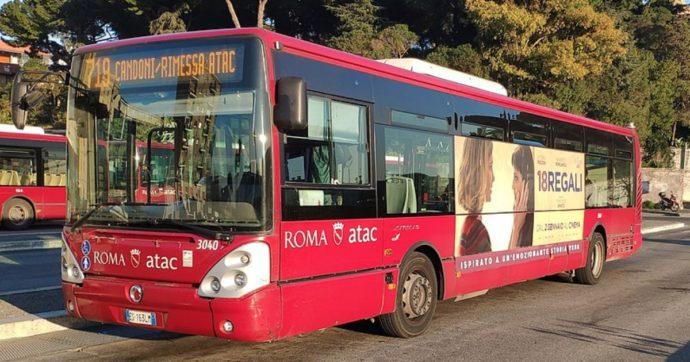 Roma, balli su Tik Tok mentre guida l'autobus: l'Atac sospende autista-influencer