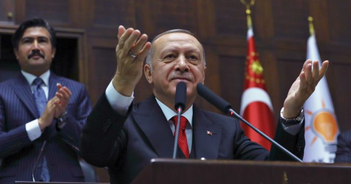 """Erdoğan sfida Ue e Russia in Libia, Siria e nel Mediterraneo: """"L'Europa non ha alcuna autorità a Tripoli. Pronti a sostenere al-Sarraj"""""""