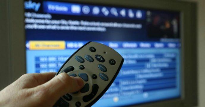 Abbonamenti pirata a pay tv per guardare illegalmente film ed eventi sportivi, denunciate 223 persone: è la prima volta in Italia