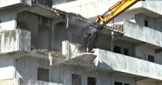 Napoli, iniziata demolizione della Vela verde di Scampia: le operazioni accolte dagli applausi degli abitanti