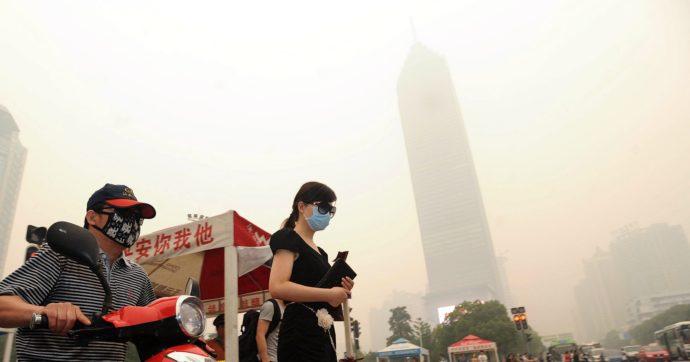 """Coronavirus, fabbriche ferme in Cina: """"100 tonnellate di emissioni in meno"""". Greenpeace frena: """"È solo un effetto temporaneo"""""""