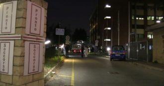 Coronavirus, tende davanti agli ospedali di Torino per effettuare il pre-triage: le operazioni di montaggio della Protezione Civile