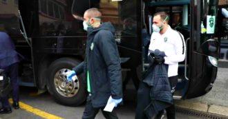 Coronavirus, giocatori e staff del Ludogorets a Milano con mascherine e guanti: l'arrivo in hotel