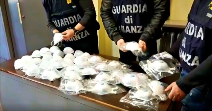 """Coronavirus, mascherine vendute a 35 euro in negozi di telefonia e cosmetica: 8 indagati a Taranto per """"manovra speculativa di merci"""""""