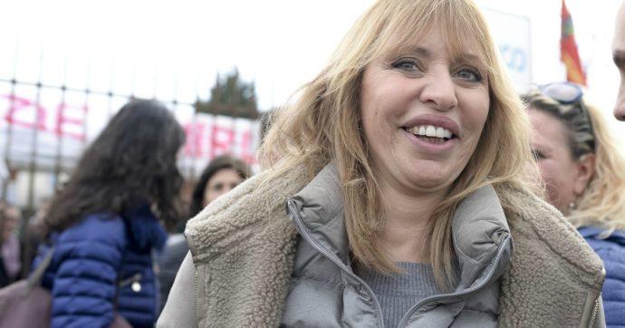 """Alessandra Mussolini piange parlando del padre. Poi racconta dell'esperienza in tv con Baudo: """"Mi trattava con sufficienza"""""""