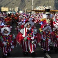 I numerosi gruppi che si esibiscono si susseguono uno dopo l'altro in parata.