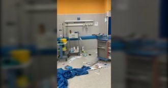 Napoli, i parenti del 15enne ucciso devastano la sala del pronto soccorso. Carabiniere gli ha sparato durante tentativo di rapina. Le immagini
