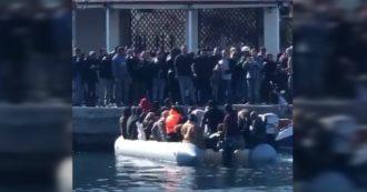 Lesbo, un gruppo di abitanti dell'isola respinge un gommone di migranti dalla banchina: il silenzio dei bambini a bordo. Le immagini