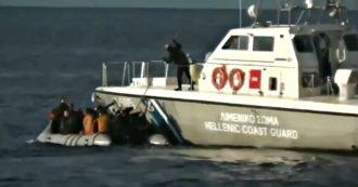 Grecia, Guardia costiera respinge gommone di migranti con bastoni e colpi di avvertimento: il video diffuso dalle autorità turche