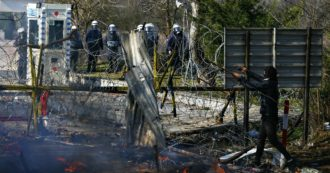 """Migranti, scontri al confine con i militari greci. Unhcr: """"Uso eccessivo della forza"""". Naufragio a Lesbo, muore un bambino"""