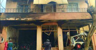 """Migranti, un magazzino delle ong a fuoco e sassi contro i giornalisti. Msf chiude la clinica pediatrica a Lesbo per """"motivi di sicurezza"""""""
