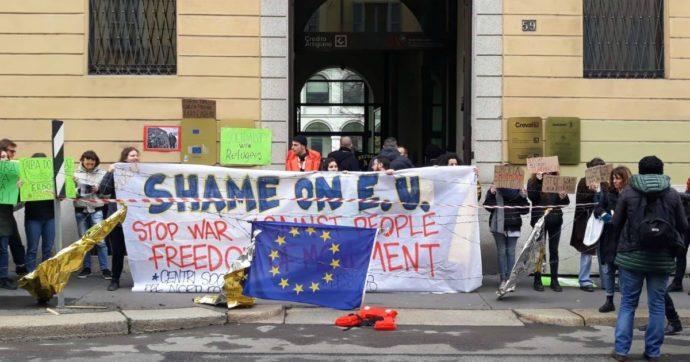 """Violenze sui migranti in Grecia, la protesta davanti alla sede commissione Ue a Milano: 'Crimini della polizia greca, Europa complice'"""""""