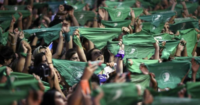 L'Argentina approva la legge sull'aborto: una gran conquista di civiltà