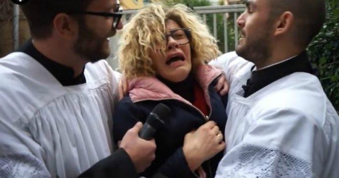 Eva Grimaldi trova la moglie Imma Battaglia a letto con una suora e scappa di casa in lacrime. Ma è uno scherzo de Le Iene