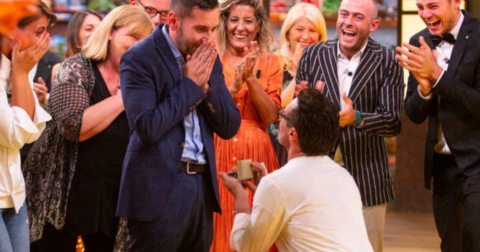 """MasterChef Italia, Antonio Lorenzon vince e a sorpresa si inginocchia davanti al compagno: """"Mi vuoi sposare?"""""""