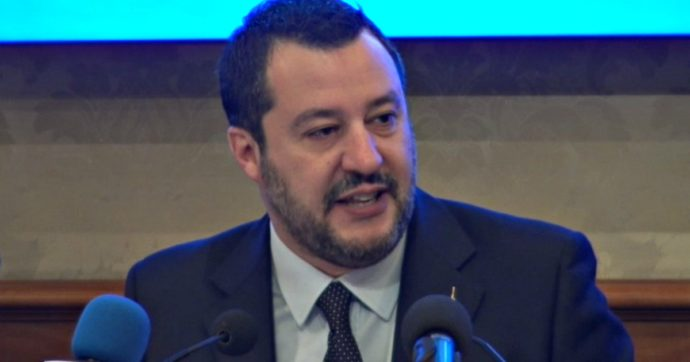 """Coronavirus, la tv svizzera replica alla bufala anti-euro di Salvini: """"Qui non si stampa moneta e i soldi non piovono dal cielo"""""""