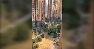 """Coronavirus, vicepremier cinese a Wuhan verifica aiuti dati a chi è in quarantena. Cittadini bloccati in casa urlano da finestre: """"È tutto falso"""""""