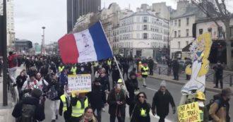 Coronavirus, centinaia di gilet gialli violano i divieti anti-contagio e scendono in piazza a Parigi: scontri con la polizia. Le immagini