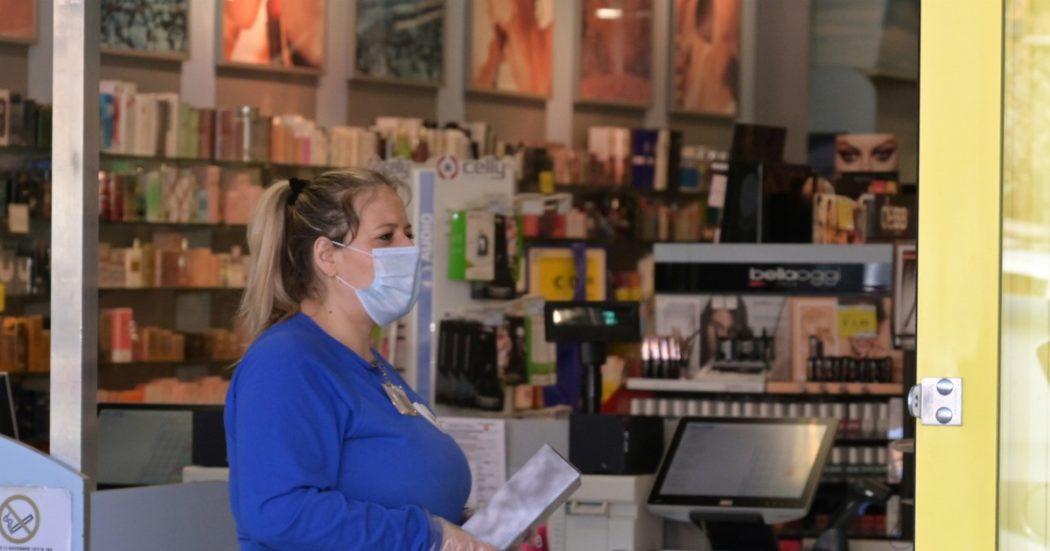 Coronavirus, in Lombardia scioperano anche i lavoratori di carta e cartone. Pompe di benzina verso stop, ma il garante chiede revoca