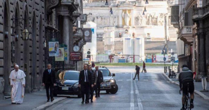 """Coronavirus, Papa Francesco va in due chiese simboliche del centro di Roma per invocare """"la fine della pandemia"""""""