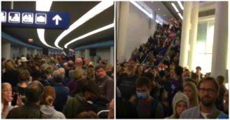 Coronavirus, negli Usa caos agli aeroporti: code fino a sette ore per gli screening. Le immagini