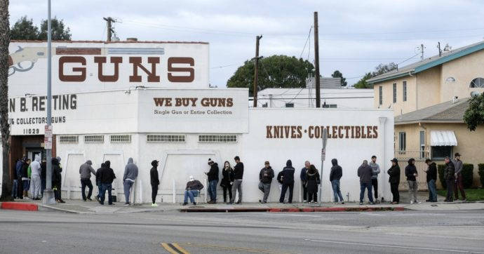 """Los Angeles, avvocato contea: """"Negozi di armi aperti, sono attività essenziali"""". Sceriffo sospende i controlli, ora decide il governatore"""