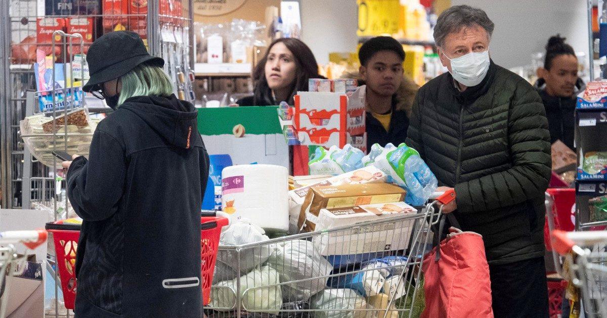 Coronavirus, tonno, acqua e carta igienica: ecco l'assalto ai supermercati