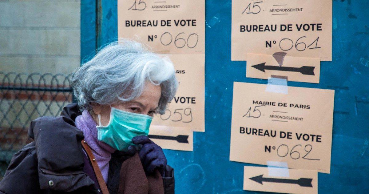 """""""Restate in casa, ma votate"""": altro giorno folle a Parigi. In Spagna salgono i contagi"""
