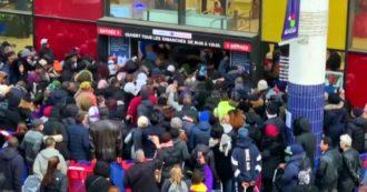 Coronavirus, a Parigi supermercato preso d'assalto e momenti di tensione: le immagini