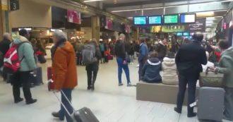 Coronavirus, i francesi fuggono da Parigi: le immagini delle stazioni dei treni prese d'assalto