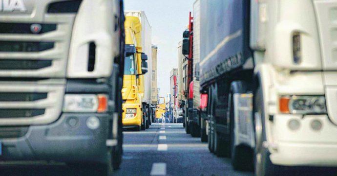 """Coronavirus, i camionisti spagnoli ospitano i colleghi in viaggio: """"Non possiamo fermarci, così mettiamo a disposizione le nostre case"""""""