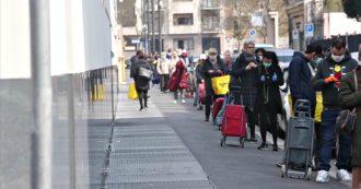 Coronavirus, file chilometriche davanti ai supermercati di Milano: le immagini di via Farini e via Losanna