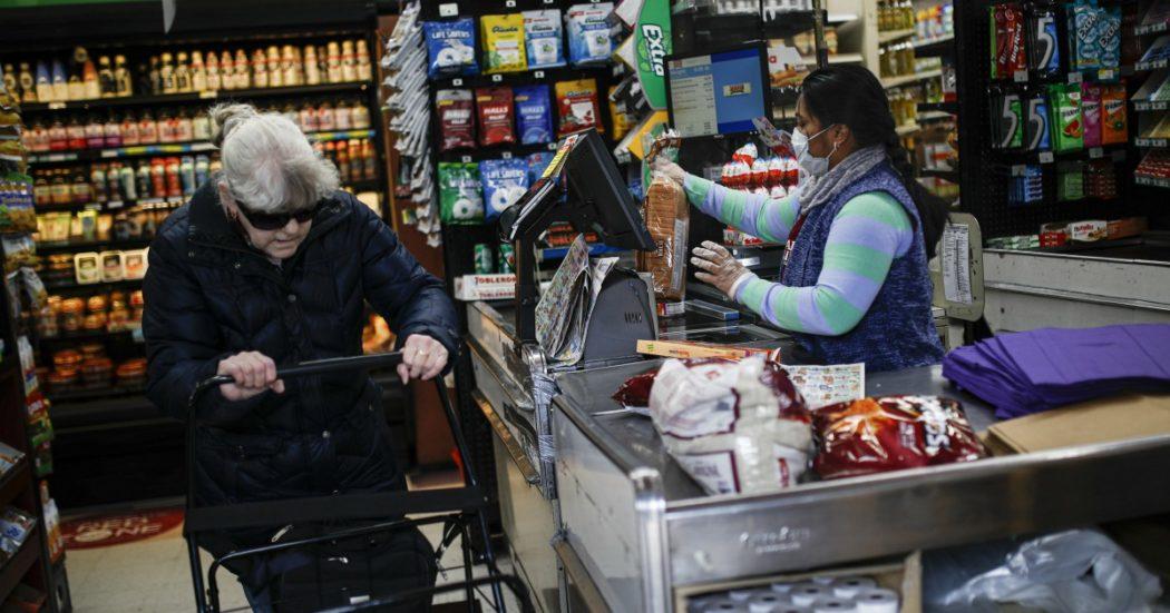 """Coronavirus, New York si ferma: tutti i lavoratori a casa. Boom di contagi in Germania e negli Usa, oltre mille morti in Spagna. In Uk chiusi pub, cinema e palestre: """"Garantito l'80% di ogni stipendio"""""""