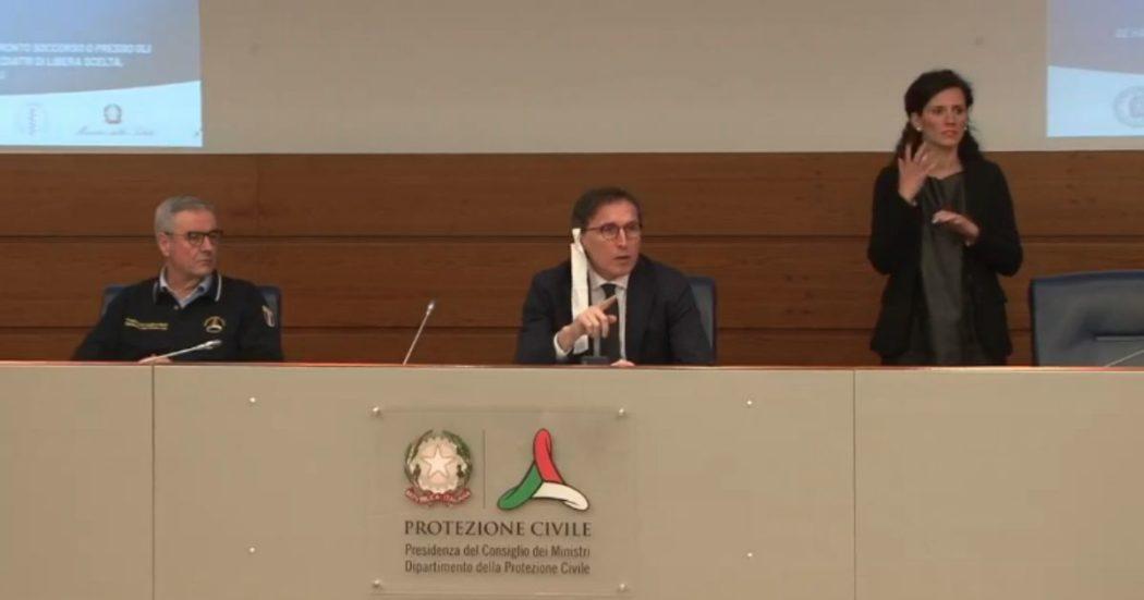"""Coronavirus, polemiche per mascherina di Boccia in conferenza stampa. Lui: """"Sciacalli. Borrelli sorrideva per le prime adesioni di medici volontari"""""""