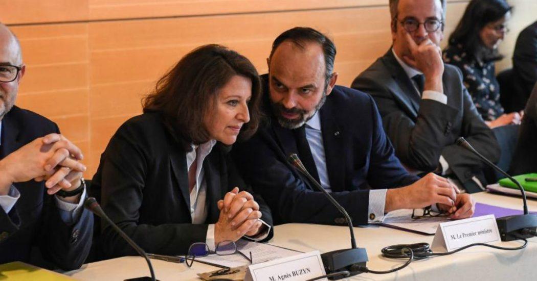 Coronavirus, scandalo mascherine in Francia: a inizio epidemia senza stock di Stato. 600 medici denunciano premier e l'ex ministra della Salute