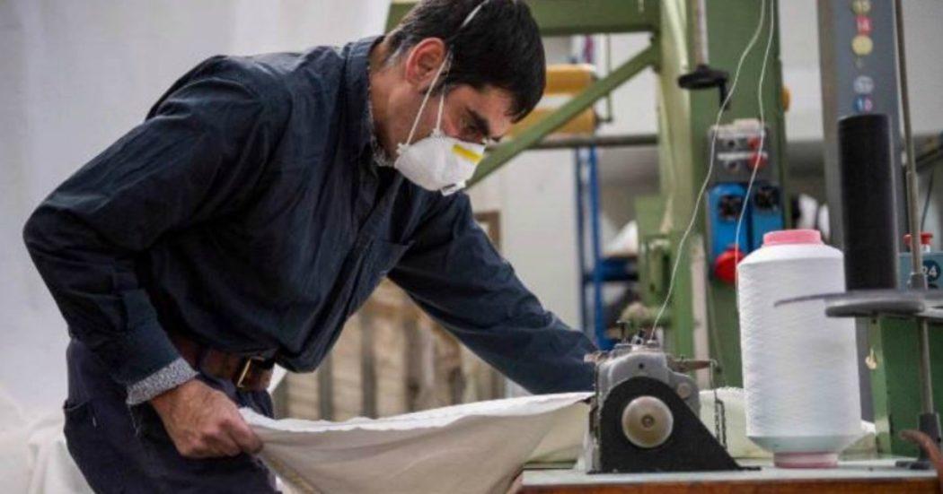 """Coronavirus, i sindacati: """"Dalla Lombardia alla Campania tante aziende producono nonostante dipendenti contagiati e poca sicurezza"""""""