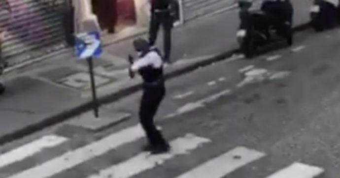 Coronavirus, il balletto del poliziotto fa divertire le ragazze alla finestra