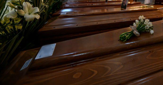 Coronavirus, nel cimitero di Piacenza cento bare accatastate: forno crematorio al limite