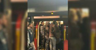 Coronavirus, a Londra passeggeri ammassati in metropolitana: a meno di un metro l'uno dall'altro e senza protezioni